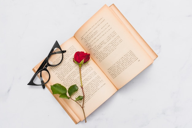 Bovenaanzicht van boek en roos