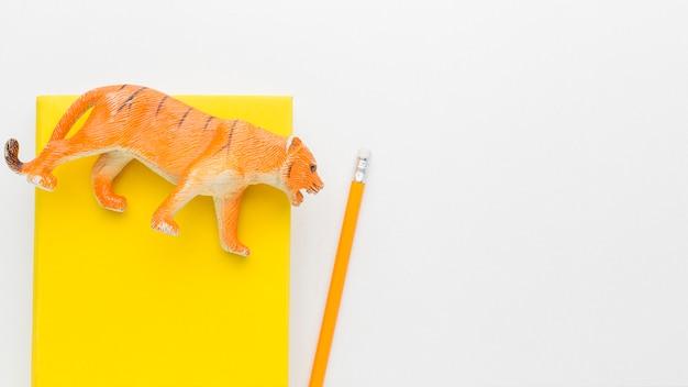 Bovenaanzicht van boek met dierlijk beeldje en kopie ruimte voor dierendag