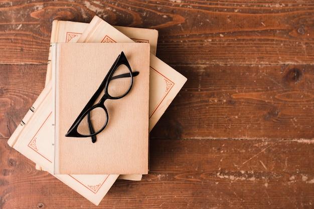Bovenaanzicht van boeken en glazen