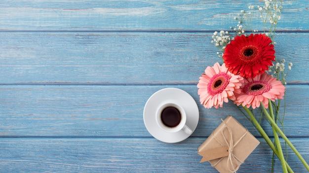 Bovenaanzicht van boeket bloemen met geschenkdoos en koffiekopje
