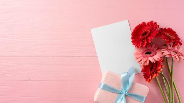 Bovenaanzicht van boeket bloemen met geschenkdoos en kopieerruimte