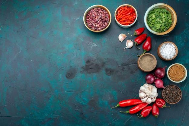 Bovenaanzicht van bonen en paprika's met uienknoflook op donker, het product van het voedselingrediënt