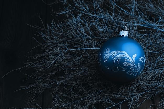 Bovenaanzicht van bont-boom takken en ballen frame op houten achtergrond