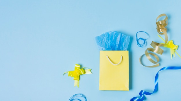 Bovenaanzicht van boodschappentas met lint