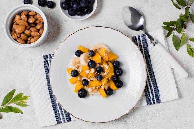 Bovenaanzicht van bosbessen en mango op plaat