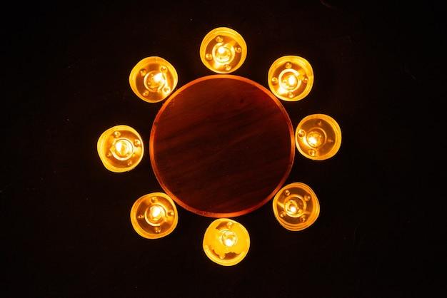 Bovenaanzicht van brandende kaarsen als herinnering aan gevallen donkere muur