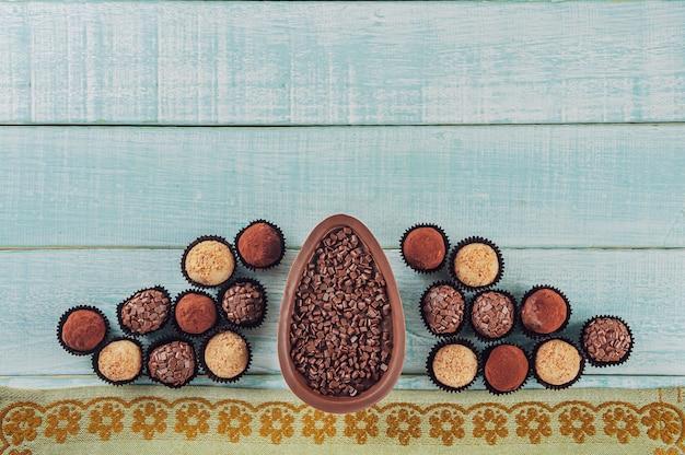 Bovenaanzicht van braziliaans chocolade paasei met snoep brigadeiros - ovo de chocolate de colher