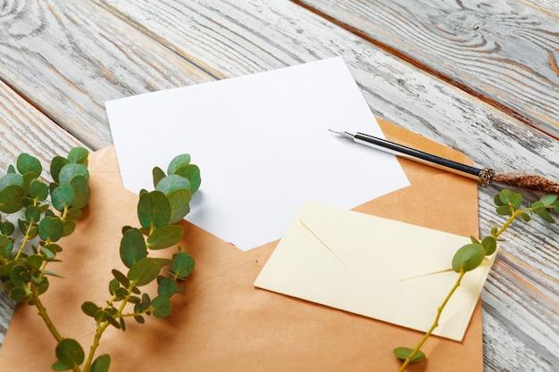 Bovenaanzicht van brief aan santa claus-concept. papier op houten achtergrond met vakantiedecoratie