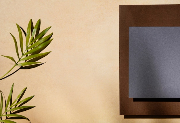 Bovenaanzicht van briefpapier met bladeren