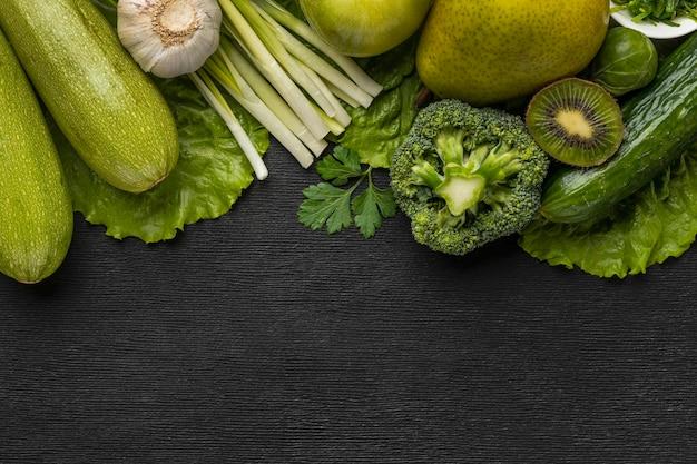 Bovenaanzicht van broccoli met selderij en kopieer de ruimte