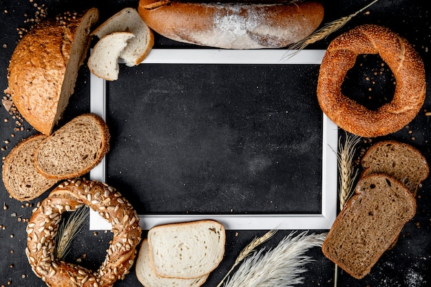 Bovenaanzicht van brood als baguette zwarte bagel en anderen met kopie ruimte