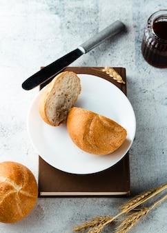 Bovenaanzicht van brood op plaat op een boek