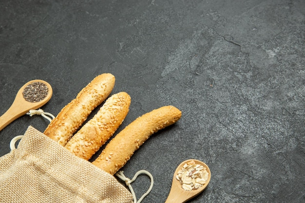 Bovenaanzicht van broodje brood in zak op grijze ondergrond