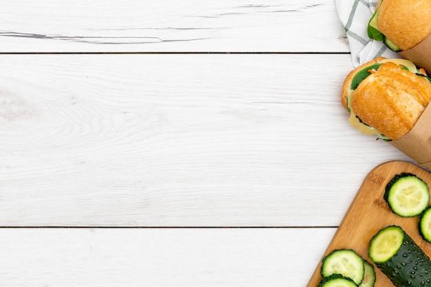 Bovenaanzicht van broodjes met plakjes komkommer en kopie ruimte