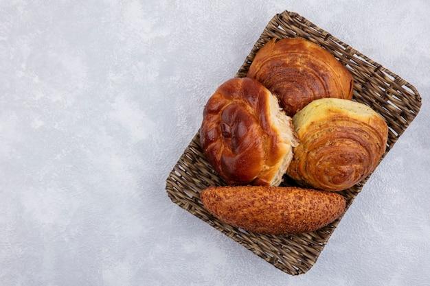 Bovenaanzicht van broodjes op een emmer op een witte achtergrond met kopie ruimte