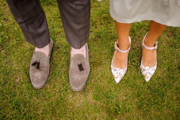 Bovenaanzicht van bruidegom en bruid benen