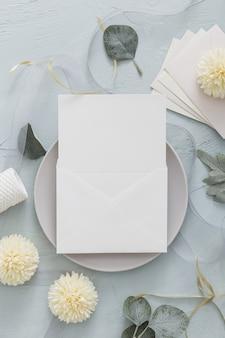 Bovenaanzicht van bruiloft concept met bloemen
