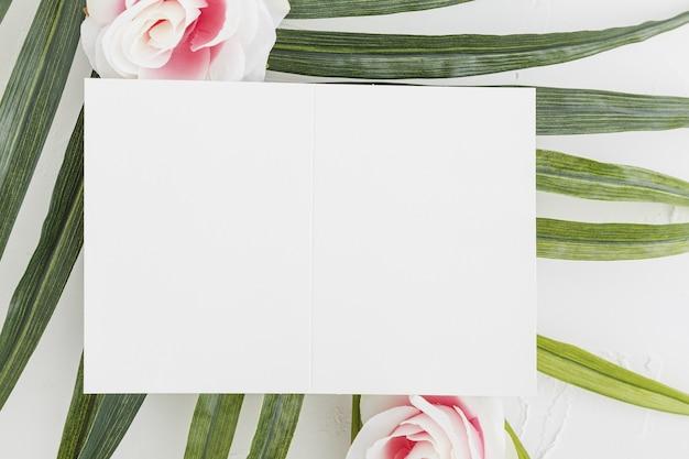Bovenaanzicht van bruiloft uitnodiging met bloemen concept