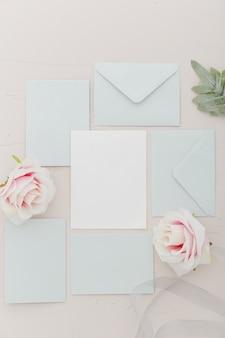 Bovenaanzicht van bruiloft uitnodiging met kopie ruimte