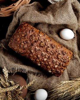 Bovenaanzicht van bruin brood met zonnebloempitten