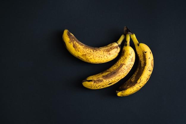 Bovenaanzicht van bruin gevlekte bananen.