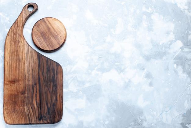Bovenaanzicht van bruin houten bureau, geïsoleerd op licht, hout houten licht voedsel