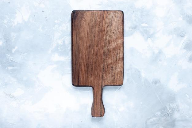 Bovenaanzicht van bruin houten bureau, hout gemaakt voor voedsel op licht, houten houten voedsel
