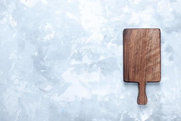 Bovenaanzicht van bruin houten bureau, voor voedsel en groenten op licht, houten houten