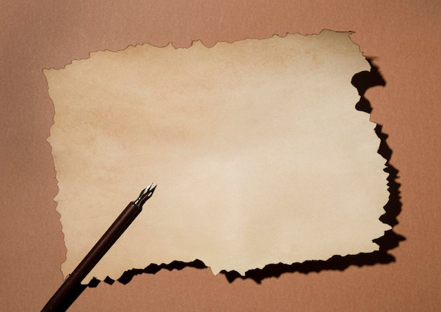 Bovenaanzicht van bruin papier met pen