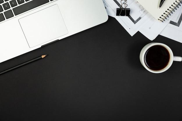 Bovenaanzicht van bureau donker concept met kopie ruimte