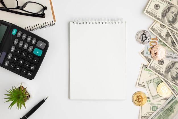 Bovenaanzicht van bureau met bankbiljetten mock-up