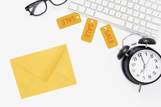 Bovenaanzicht van bureau met envelop