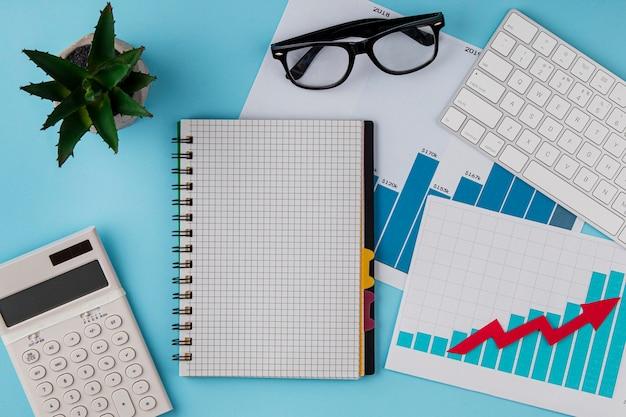 Bovenaanzicht van bureau met groeigrafiek en toetsenbord