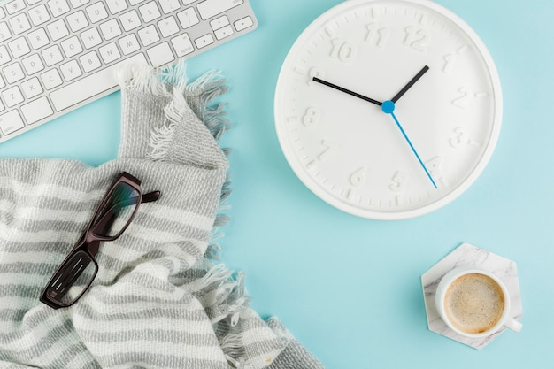 Bovenaanzicht van bureau met klok en toetsenbord