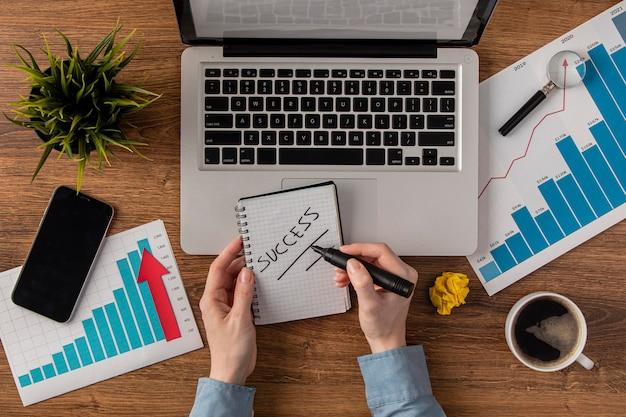 Bovenaanzicht van bureau met laptop en groeigrafiek