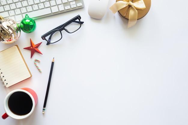 Bovenaanzicht van bureau met laptop, kopje koffie en kerstversiering