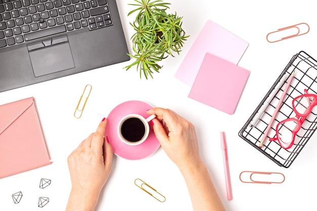 Bovenaanzicht van bureau. tafel met laptop en kantoorbenodigdheden. plat lag thuiskantoor werkruimte, extern werk, leren op afstand, videoconferentie, oproepen concept