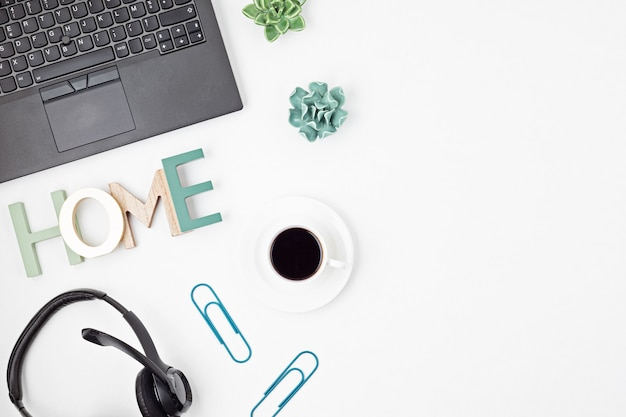 Bovenaanzicht van bureau. tafel met laptop, speakerphone voor conferenties en kantoorbenodigdheden. plat lag thuiskantoor werkruimte, extern werk, leren op afstand, videoconferentie, oproepen concept