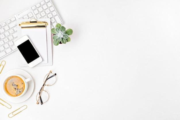 Bovenaanzicht van bureau. tafel met toetsenbord, smartphone, klembord en kantoorbenodigdheden. plat lag thuiskantoor, werk op afstand, leren op afstand, videoconferentie, oproepidee
