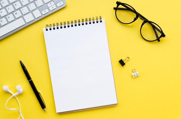 Bovenaanzicht van bureaublad met bril en toetsenbord