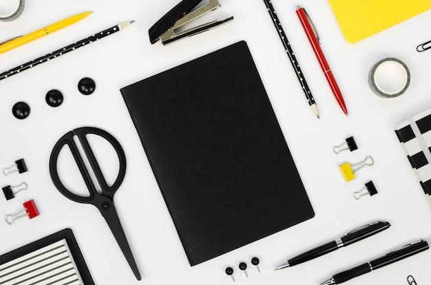 Bovenaanzicht van bureaublad met een schaar en potloden