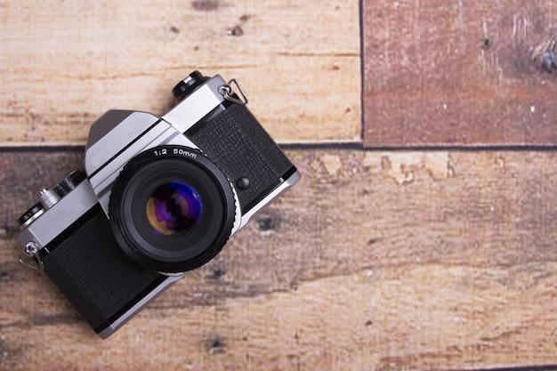 Bovenaanzicht van bureaublad met retro camera