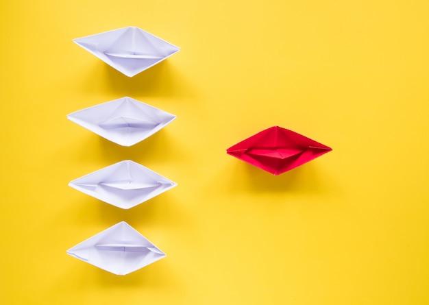 Bovenaanzicht van business leadership concept, groep van witboek schip.