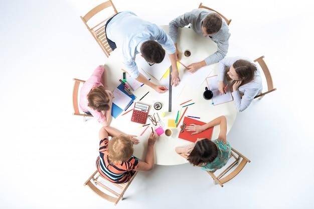 Bovenaanzicht van business team op werkruimte