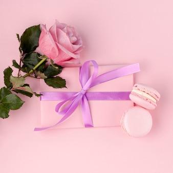 Bovenaanzicht van cadeau met lint en macarons