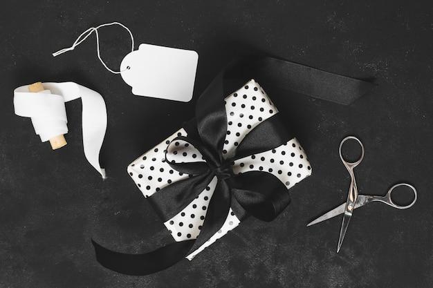 Bovenaanzicht van cadeau met lint en tag