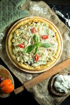 Bovenaanzicht van caesar pizza