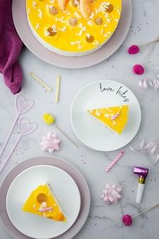 Bovenaanzicht van cake en verjaardag decoraties