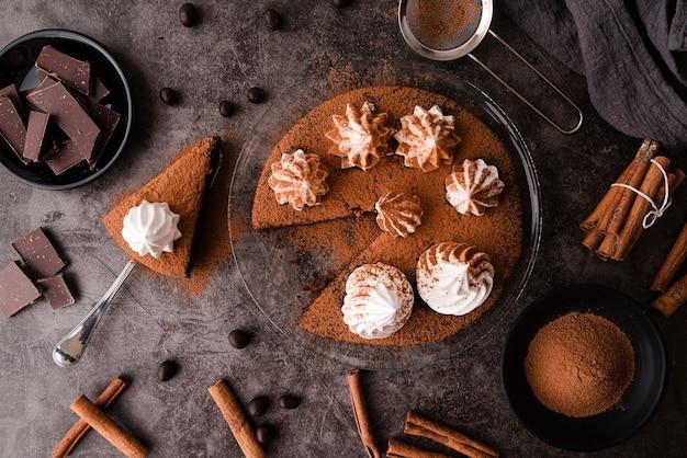 Bovenaanzicht van cake met chocolade en kaneelstokjes