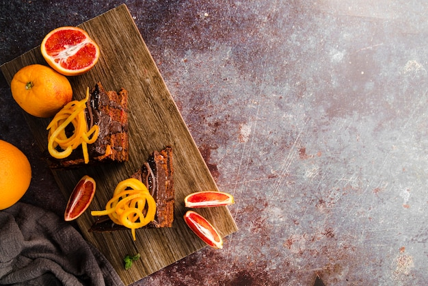 Bovenaanzicht van cake met fruit en kopie ruimte